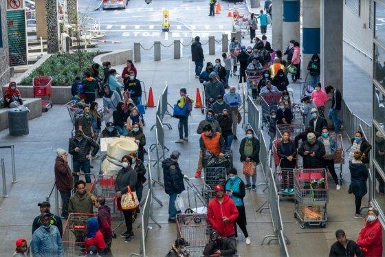 지난 8일 장을 보러 나온 미국 뉴욕 시민들. /AFPBBNews=뉴스1