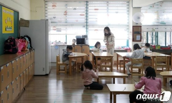 (서울=뉴스1) 이승배 기자 = 20일 오전 서울 마포구의 한 초등학교에 마련된 돌봄교실에서 선생님이 아이들을 지도하고 있다. 2020.3.20/뉴스1