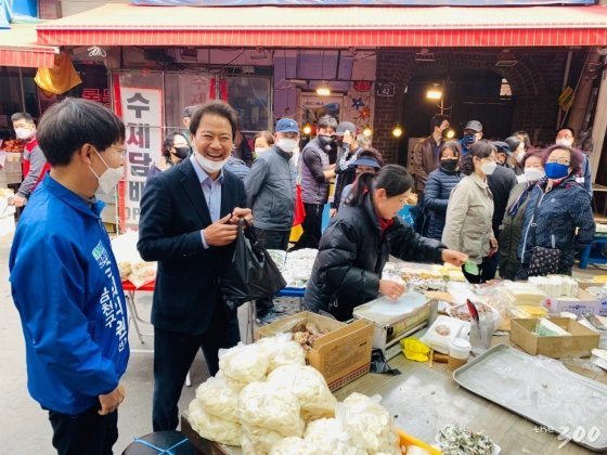임종석 전 청와대 실장이 더불어민주당 금천구 국회의원 후보자인 최기상후보자와 금천구 시흥동 현대시장을 방문하여 유권자들에게 지지를 호소하고 있다