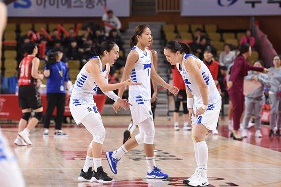 김소니아(맨 왼쪽), 박지현(가운데), 김정은. /사진=WKBL
