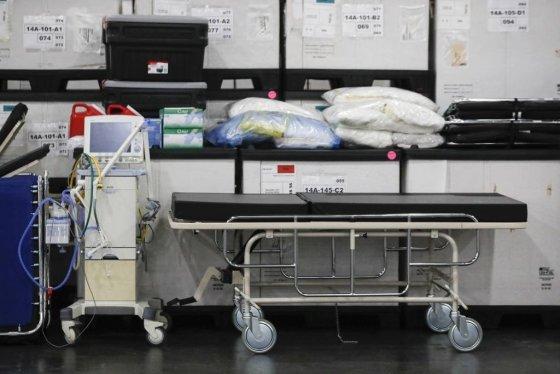 [뉴욕=AP/뉴시스] 23일(현지시간) 미국 뉴욕 제이컵 재비츠 컨벤션 센터에서 촬영한 의료 물품의 사진. 코로나 19로 환자가 폭증하자, 미국 병원에서는 인공호흡기 부족사태가 벌어지고 있다. 2020.03.31.