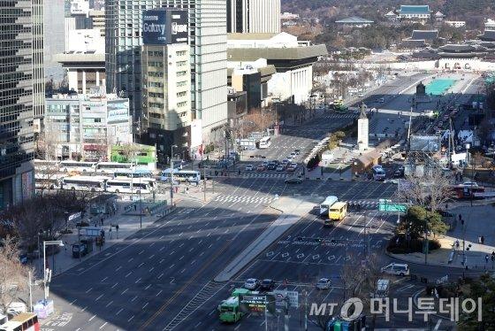 신종 코로나바이러스 감염증(코로나19) 확진자가 급속도로 증가하는 가운데 23일 서울 도심이 한산한 모습을 보이고 있다. / 사진=홍봉진 기자 honggga@