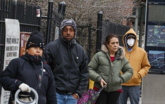 푸드뱅크를 이용하기 위해 줄 선 미국 시민들/사진=AFP