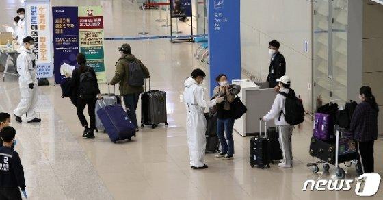 러시아 모스크바에서 특별 임시항공편을 탄 우리 국민들이 8일 오전 인천국제공항 2터미널을 통해 입국해 별도 교통편 안내를 받고 있다. 러시아에선 신종 코로나바이러스 감염증(코로나19) 상황이 심각해지면서 유급 휴무 기간이 이달 말까지 연장됐으며, 모스크바시는 시장령을 통해 필수 인력의 이동을 제외한 모든 시민의 자발적 자가격리 조치를 오는 5월1일까지 연장했다. 2020.4.8/뉴스1 © News1 안은나 기자
