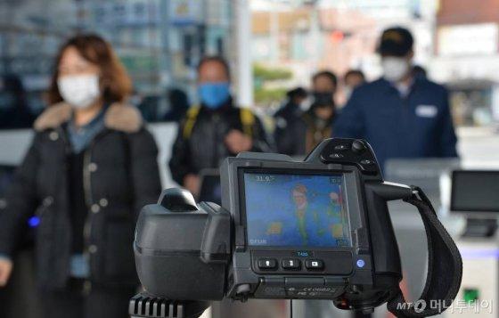 신종 코로나바이러스 감염증(코로나19)이 확산되고 있는 가운데 26일 오후 울산 북구 현대자동차 본사 정문앞에서 출근하는 직원들을 발열 체크 하고 있다 .2020.02.26.  /사진=뉴시스