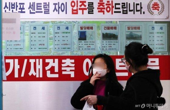 서울 서초구의 부동산 밀집 상가에 매물 전단이 붙어있다. / 사진=김휘선 기자 hwijpg@