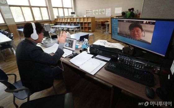 전국 중·고등학교가 고3과 중3부터 온라인 개학을 시작한 지난 9일 서울 마포구 숭문중학교 교실에서 온라인 수업이 진행되고 있다. /사진=이기범 기자 leekb@