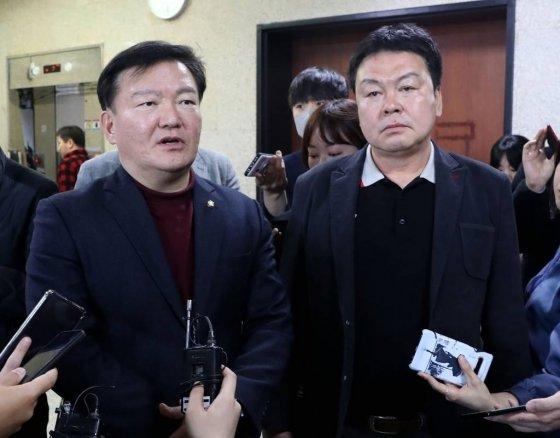 미래통합당 민경욱 의원이 24일 오후 서울 여의도 국회에서 열린 제21대 총선 인천 연수을 경선에서 공천확정을 받은 뒤 취재진 질문에 답하고 있다. / 사진=홍봉진 기자 honggga@