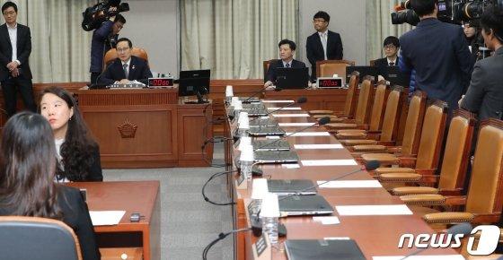 지난해 3월 13일 국회 본회의 직후 열릴 예정이었던 국회 운영위원회가 당시 자유한국당 의원들의 불참으로 열리지 못했다. 홍영표 운영위원장은 오는 18일 운영위원회를 재개한다고 말했다. / 사진=뉴스1