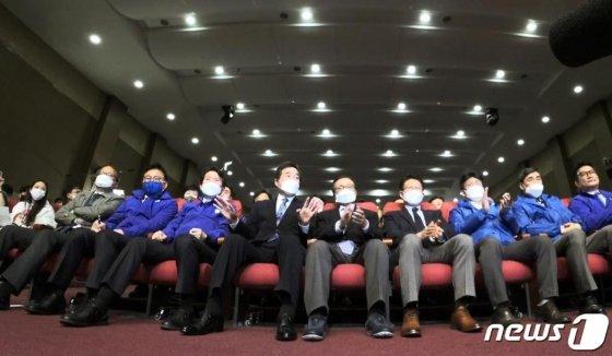 이해찬·이낙연 더불어민주당 공동상임선대위원장이 15일 오후 서울 여의도 국회 의원회관에 마련된 21대 국회의원선거 개표상황실에서 대화를 나누고 있다./사진=뉴스1