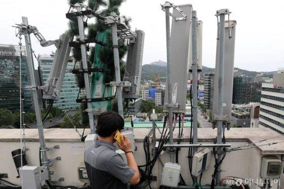 5G 서비스 개통 100일이 되어가는 가운데 10일 오후 서울 시내의 한 빌딩 옥상에 통신사 5G 기지국 안테나가 설치되어 있다. /사진=임성균 기자
