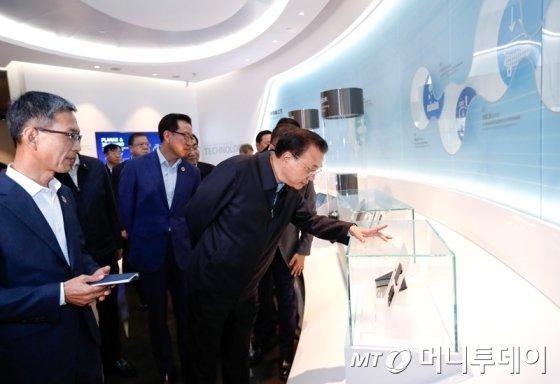 중국 리커창(李克强) 총리 등 일행이 지난해 12월 중국 산시성 시안의 삼성전자 반도체 공장을 시찰하고 있다. 리 총리는 이날 반도체 분야에서의 양국 협력 강화 의사를 시사했다.  2019.10.15