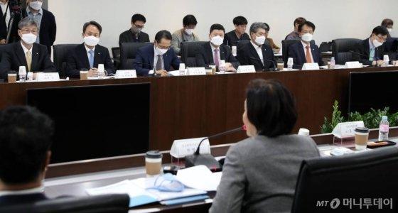 9일 오후 서울 영등포구 중소기업중앙회에서 열린 '2020년도 제1차 금융지원위원회'에 참석한 금융기관 은행장들이 박영선 중소벤처기업부 장관의 모두발언을 듣고 있다. / 사진=이기범 기자 leekb@