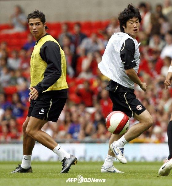 맨유 시절의 크리스티아누 호날두(왼쪽)와 박지성. /AFPBBNews=뉴스1