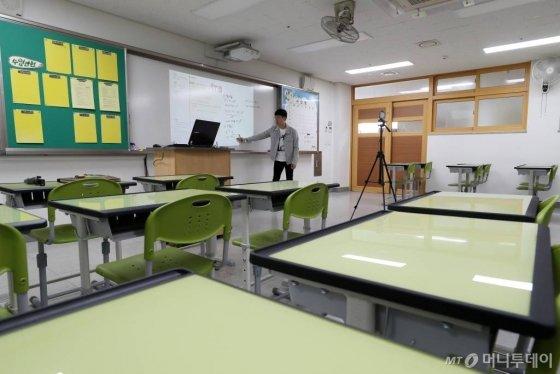 코로나19 여파로 전국 초·중·고교의 개학이 미뤄진 가운데 30일 오전 서울 동대문구 휘봉고등학교에서 교사가 온라인 원격수업을 위한 수업 영상을 녹화하고 있다. / 사진=이기범 기자 leekb@