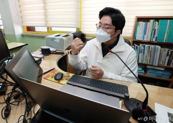 정부가 초·중·고 개학일 발표를 앞두고 있는 가운데 30일 오전 원격교육 시범학교로 지정된 서울 송파구 영풍초등학교에서 교사가 온라인 원격수업을 하고 있다. / 사진=김창현 기자 chmt@