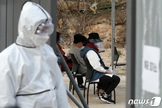 (서울=뉴스1) 안은나 기자 = 제21대 국회의원 선거일인 15일 오후 서울 종로구의 한 투표소에서 자가격리자들이 투표를 기다리고 있다. 2020.4.15/뉴스1
