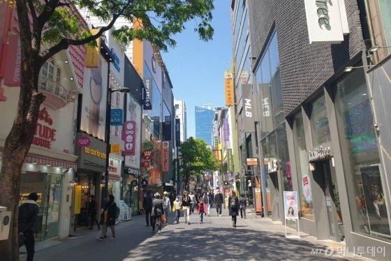 정부가 '사회적 거리두기'를 완화한 이후 첫 주말을 맞은 26일 시민들이 서울 중구 명동거리를 걷고 있다. / 사진=이영민 기자
