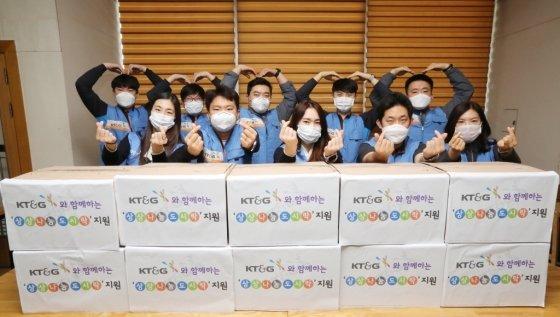 KT&G 신탄진공장 직원들이 '상상나눔' 도시락 전달 기념 사진을 촬영하고 있다./사진제공=KT&G