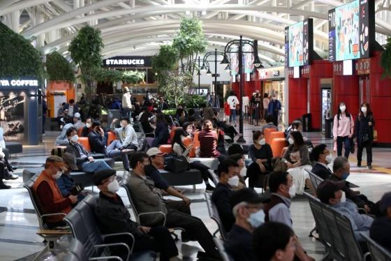 황금연휴를 하루 앞둔 지난 29일 오후 서울 서초구 고속버스터미널에서 승객들이 탑승을 기다리고 있다. /사진=뉴시스