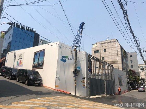 김희애 소유 청담동 주차장이 철거되고 지상 5층 꼬마빌딩을 짓기 위한 공사가 진행 중이다. /사진=권화순