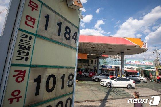 (서울=뉴스1) 유승관 기자 = 전국 주유소 휘발유 가격이 13주 연속 하락세를 이어간 가운데 26일 서울시내 한 주유소에 휘발유가 1,184원, 경유가 1,018원에 판매되고 있다.  25일 한국석유공사 유가정보서비스 오피넷에 따르면 4월 넷째주 전국 주유소 휘발유 판매가격은 전주보다 29.0원 내린 리터당 1301.8원을 기록했다. 휘발유 가격은 지난 주에도 전주 대비 26.5원 내리는 등 급격한 내림세가 계속되고 있다. 지난달 급락한 국제유가가 국내 판매가격에 점점 반영되는 추세이기에 앞으로 더욱 하락할 전망이다. 2020.4.26/뉴스1