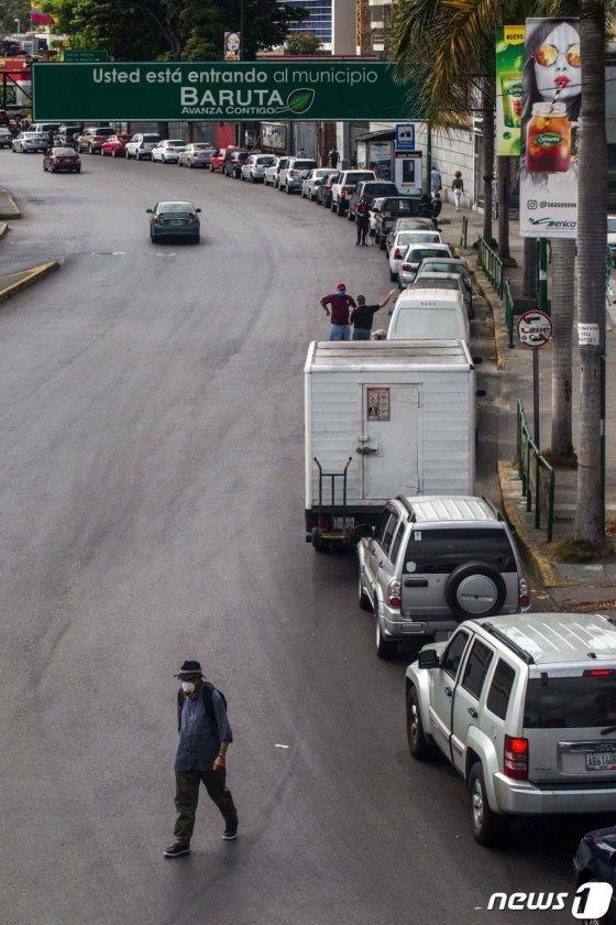 (카라카스 AFP=뉴스1) 우동명 기자 = 23일(현지시간) 코로나19 확산 속 석유 부국 베네수엘라 카라카스의 주유소에 차량들이 길게 줄을 서 있다.   ⓒ AFP=뉴스1