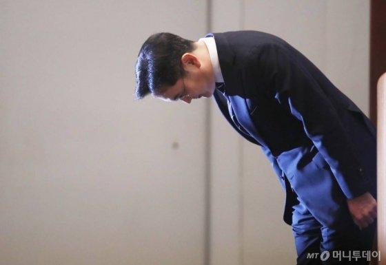 이재용 삼성전자 부회장이 6일 오후 서울 삼성전자 서초사옥에서 경영권 승계 관련 대국민 사과를 하고 있다. /사진=김휘선 기자