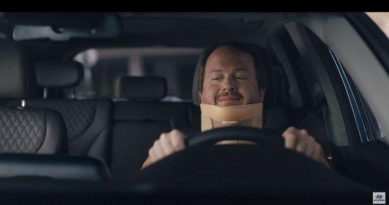 현대차 디지털 광고 '리어 뷰 모니터'(Rear View Monitor)에서 목에 보호대를 착용한 싼타페 운전자가 후방 카메라를 이용해 주차하는 장면. /사진제공=현대·기아차