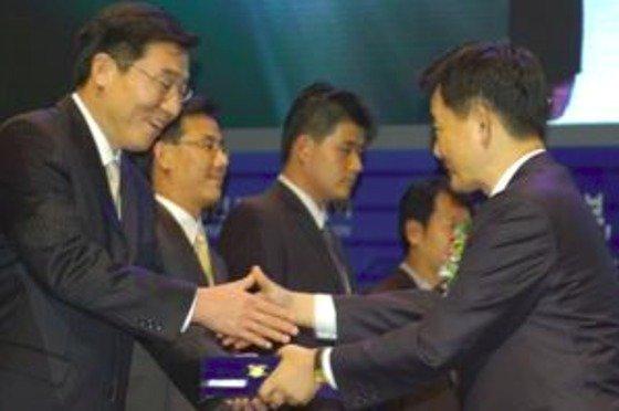 2005년 당시 LG디스플레이 김우식 부사장(맨왼쪽)이 벤처기업대상 시상식에서 특별공로상을 수상하고 있다.김 전 부사장은 2016년 중국 TCL그룹의 자회사 CSOT(차이나스타)의 총괄 대표이사에 선임돼 국내 디스플레이업계를 놀래켰다. /사진=뉴스1