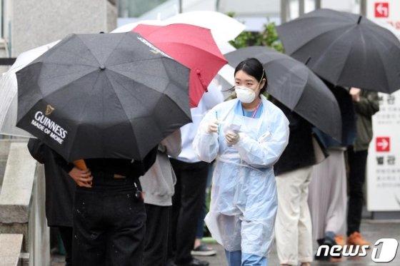 이태원 클럽 관련 신종 코로나바이러스 감염증(코로나19)의 지역 발생 확진자가 늘고 있는 가운데 9일 오후 서울 중구 국립중앙의료원 코로나19 선별진료소에서 의료진이 업무를 보고 있다. /사진=뉴스1