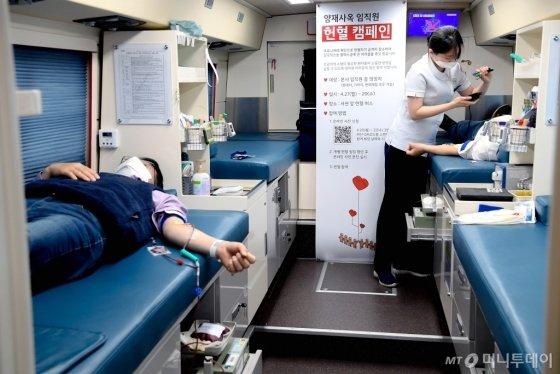 단체 헌혈에 참여 중인 현대·기아차 서울 양재 본사 사옥 임직원들/사진제공=현대차그룹