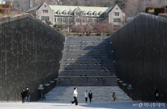 코로나19 확산 우려로 주요 대학들이 온라인 개강을 시작한 16일 서울 이화여대의 캠퍼스가 한산한 모습을 보이고 있다.서울 주요 대학들은 개강을 약 2주 연기했지만 코로나19 사태가 사그라들지 않자 교수와 학생들의 비대면 방식인 '온라인 개강'을 진행하게 됐다. / 사진=김창현 기자 chmt@