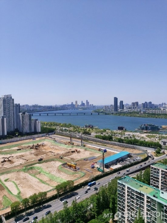반포센트럴자이에서 바라본 한강 모습. 사진 왼쪽에 원베일리(신반포3차·경남) 건축 현장이 보인다./사진=송선옥 기자