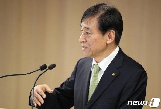 (서울=뉴스1) = 이주열 한국은행 총재가 9일 서울 중구 한국은행에서 열린 통화정책방향 기자간담회에서 발언하고 있다. 이 총재는 이날 국고채는 수급 안정, 시장안정을 위해 필요하면 적극적으로 매입할 계획이라고 말했다. (한국은행 제공) 2020.4.9/뉴스1