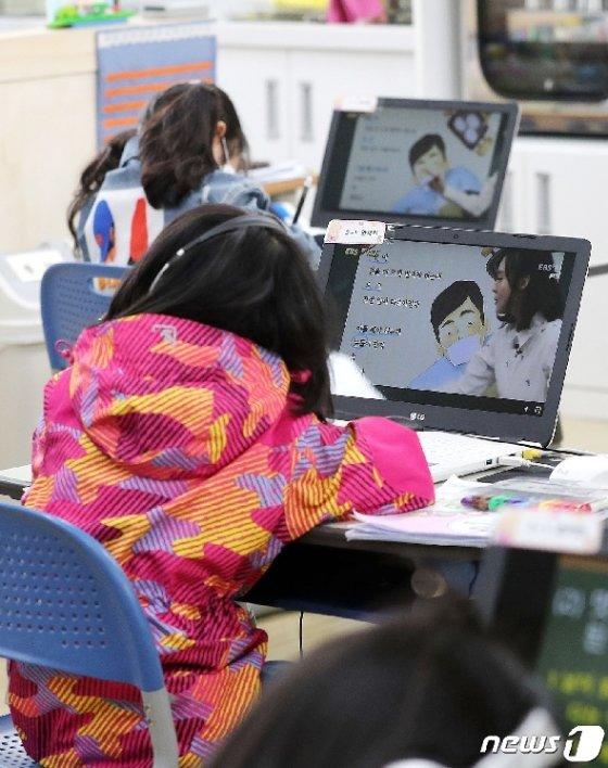 지난달 29일 서울 한 초등학교 돌봄교실에서 학생들이 원격수업으로 공부하고 있다. /뉴스1 © News1 박지혜 기자