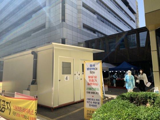 지난 13일 오후 2시쯤 서울 송파구 보건소 선별진료소에 사람들이 검사를 받기 위해 기다리고 있다. 보건소 관계자에 따르면 전날 기준 350여명이 검사를 받았고 이중 8~90%가 이태원을 방문했다고 응답했다./사진= 임찬영 기자