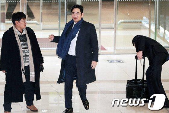 2013년 1월 미국 라스베이거스에서 열리는 국제가전전시회 참석을 위해 김포공항 출국장으로 나서는 이재용 부회장의 모습//사진제공=뉴스1