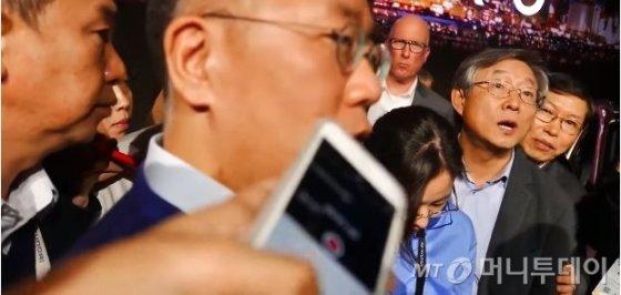 2018년 미국 라스베이거스에서 열린 국제가전전시회(CES) 현장에서 수소전기차인 넥쏘를 발표한 직후 기자들에 둘러쌓여 질문을 받고 있는 정의선 현대차 수석부회장 모습. 오른쪽 두번째는 앙웅철 당시 현대차 부회장.