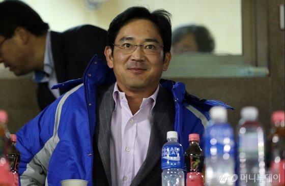 2012년 10월 잠실야구장에서 진행된 한국시리즈 5차전 경기를 관람하고 있는 이재용 삼성전자 부회장./사진=임성균 기자