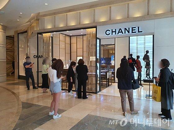 샤넬 가격 인상 당일인 14일 서울 소공동 롯데백화점 에비뉴엘 샤넬 매장 앞 모습/사진=이은 기자