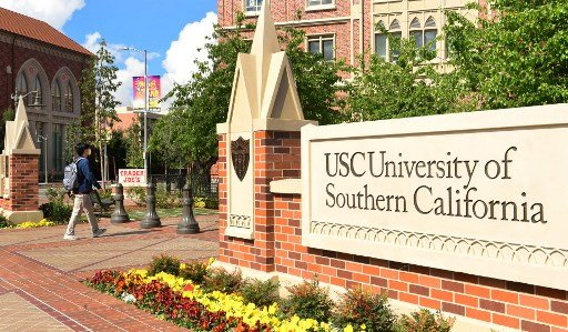 3월 11일(현지시간) 미국 서던캘리포니아대학교(USC)의 대면수업이 코로나19로 인해 중단된 가운데 한 학생이 마스크를 쓰고 학교안을 걸어가고 있다./사진=AFP