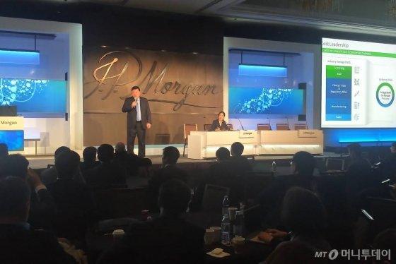 서정진 셀트리온그룹 회장이 지난 1월 15일(현지시간) 미국 샌프란시스코에서 개최된 JP모간 헬스케어 콘퍼런스에서 셀트리온그룹의 신성장동력 '2030 비전 로드맵'에 대해 설명하고 있다. /사진제공=셀트리온