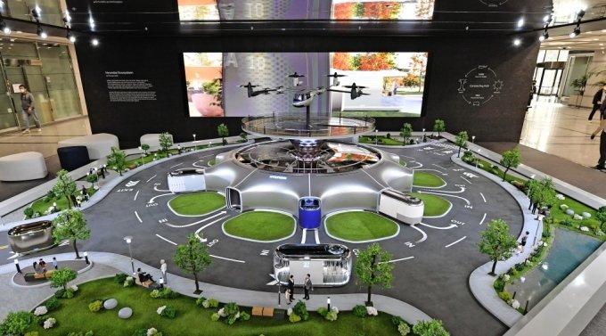 현대차 본사 1층 로비에 설치된 '스마트 모빌리티 솔루션' UAM, PBV, Hub의 축소 모형물. /사진제공=현대차