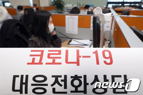 올해 2월26일 인천광역시 옹진군 보건소에서 직원들이 코로나19 관련 전화 상담을 하고 있다. (옹진군 제공)/사진=뉴스1