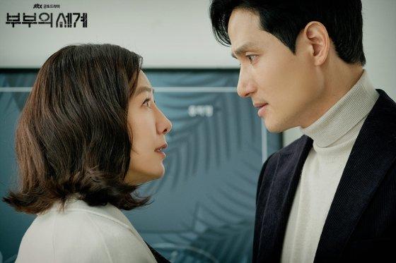 드라마 '부부의 세계'에서 지선우 역의 김희애(왼쪽)와 남편 이태오(박해준). /사진제공=JTBC