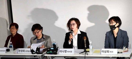 이나영 정의기억연대 이사장이 최근 불거진 위안부 피해자 후원금 논란과 관련해 11일 오전 서울 마포구 인권재단 사람에서 기자회견을 하고 있다. / 사진=홍봉진 기자 honggga@