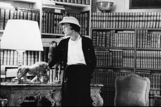 프랑스 파리의 깡봉가 31번지 아파트에서 사자 조각상과 함께 있는 가브리엘 샤넬, 1957년/사진=샤넬 공식 홈페이지