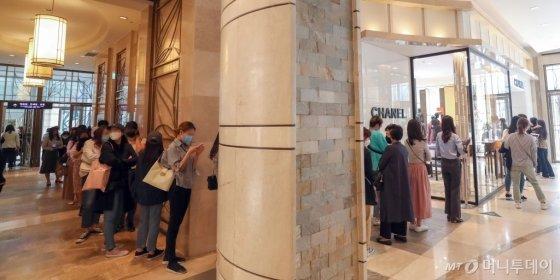 지난 13일 롯데백화점 본점에는 가격 인상을 하루 앞두고 샤넬 제품 구매를 위해 고객들이 몰려 긴 줄이 늘어섰다/사진=이기범 기자