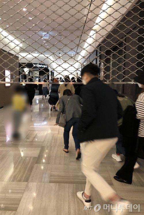 지난 10일 신세계백화점 강남점에서 백화점 셔터가 다 올라가기도 전에 고객들이 샤넬 매장을 향해 뛰어가고 있다/사진=오정은 기자